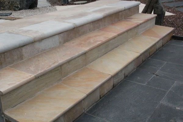 margelle calcaire du causse + quartzite rose + quartzite jaune