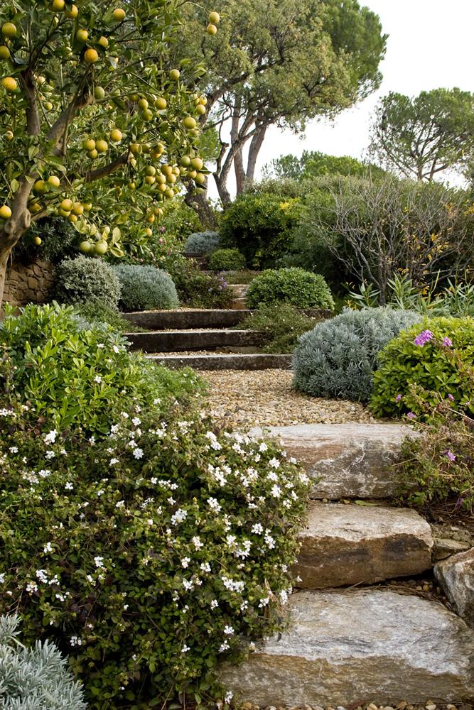 Escalier réalisé avec des grandes dalles gneiss du Caroux