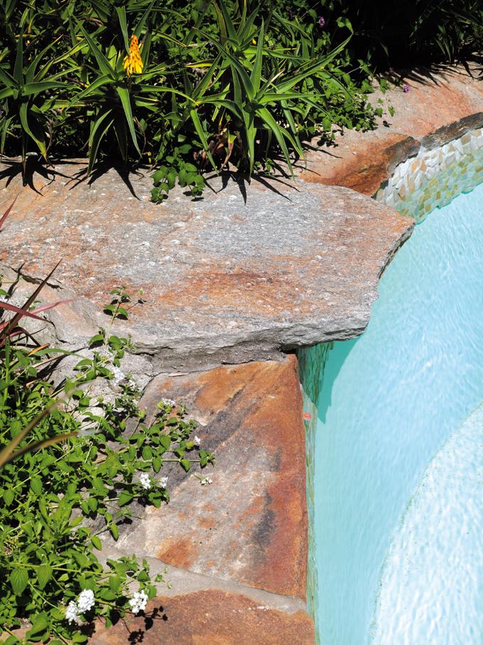 margelles de bassin en dalles brutes gneiss du caroux