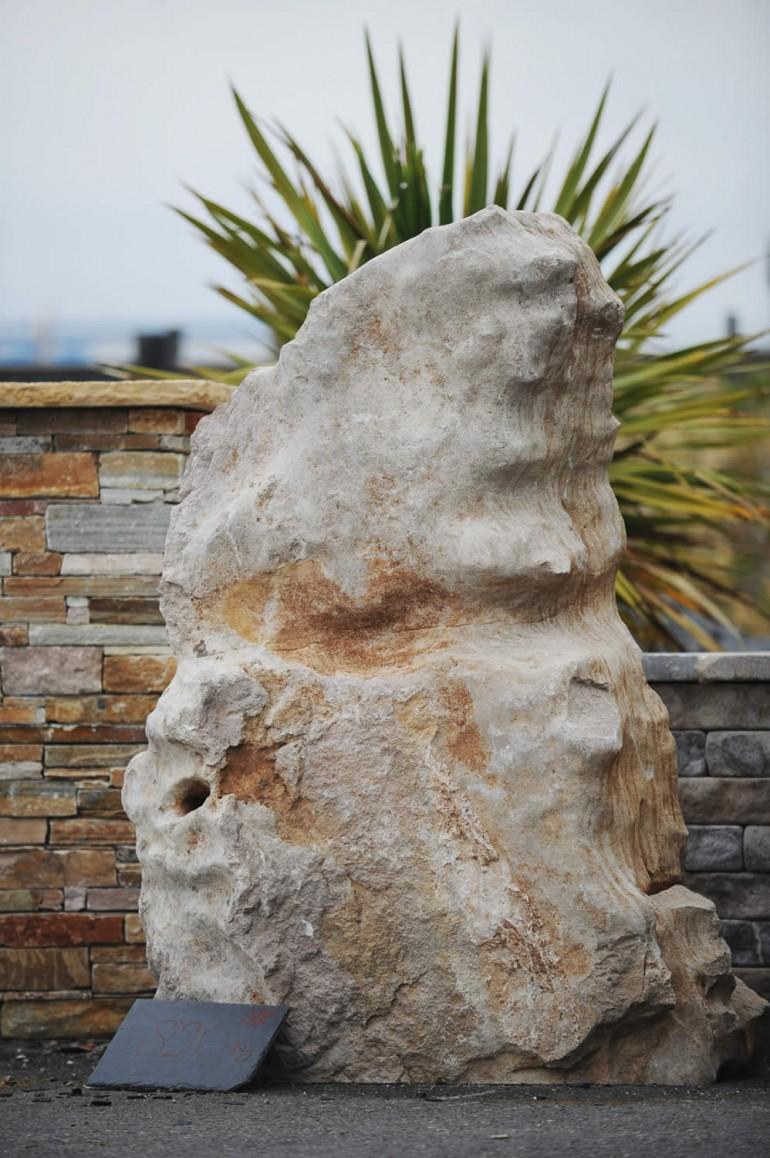 Monolithe en calcaire du causse