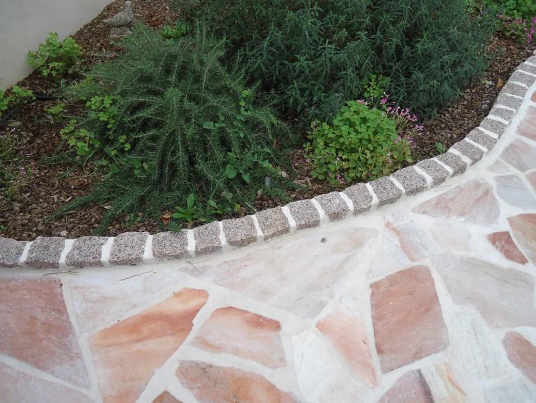 Bordure en pavés éclatés granit rose