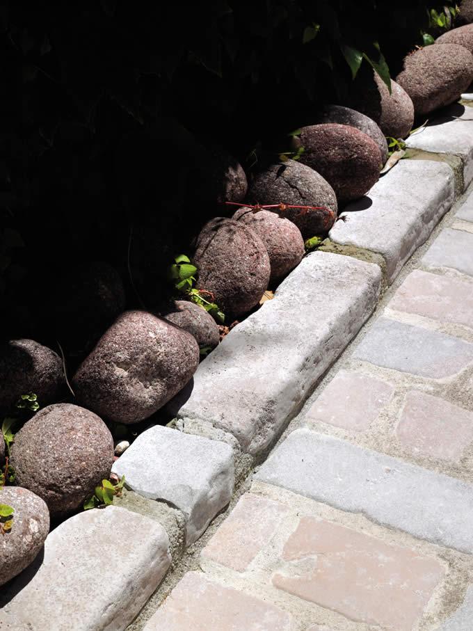 Bordure en barrettes calcaire du causse éclatées & vieillies